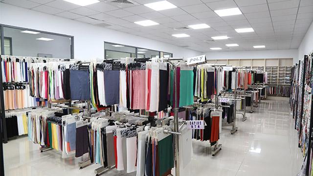 喜欢穿风衣?新成纺织小编为您解析,市场上风衣面料!